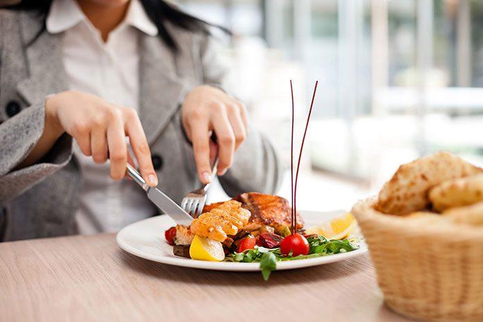 Jak jeść poza domem, kiedy jest się na diecie?