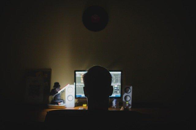 Ekspozycja na niebieskie światło tuż przed snem zwiększa problemy z bezsennością